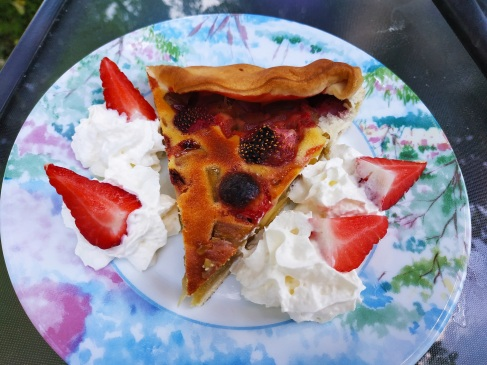 Tarte fraises rhubarbe. Recette de saison facile disponible sur mon blog de pâtisserie