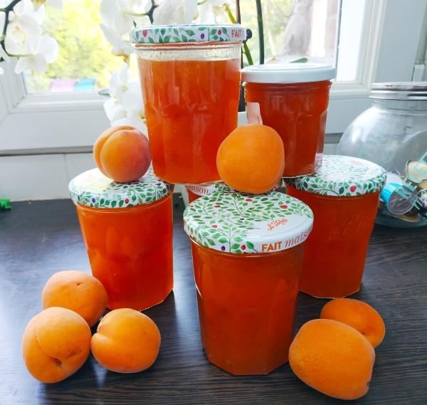 Pots de confiture à l'abricot réalisés par manon du blog lesjoliesframboises.com