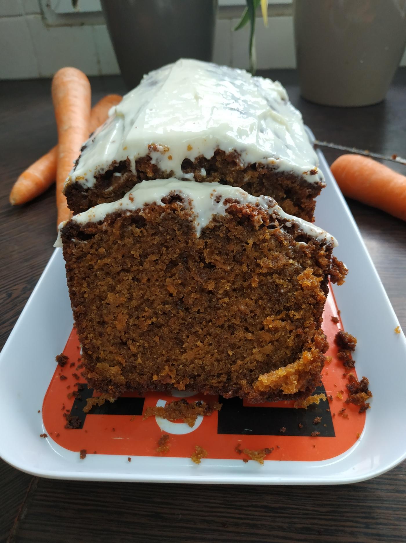 Carrot cake fait maison avec son glaçage blanc
