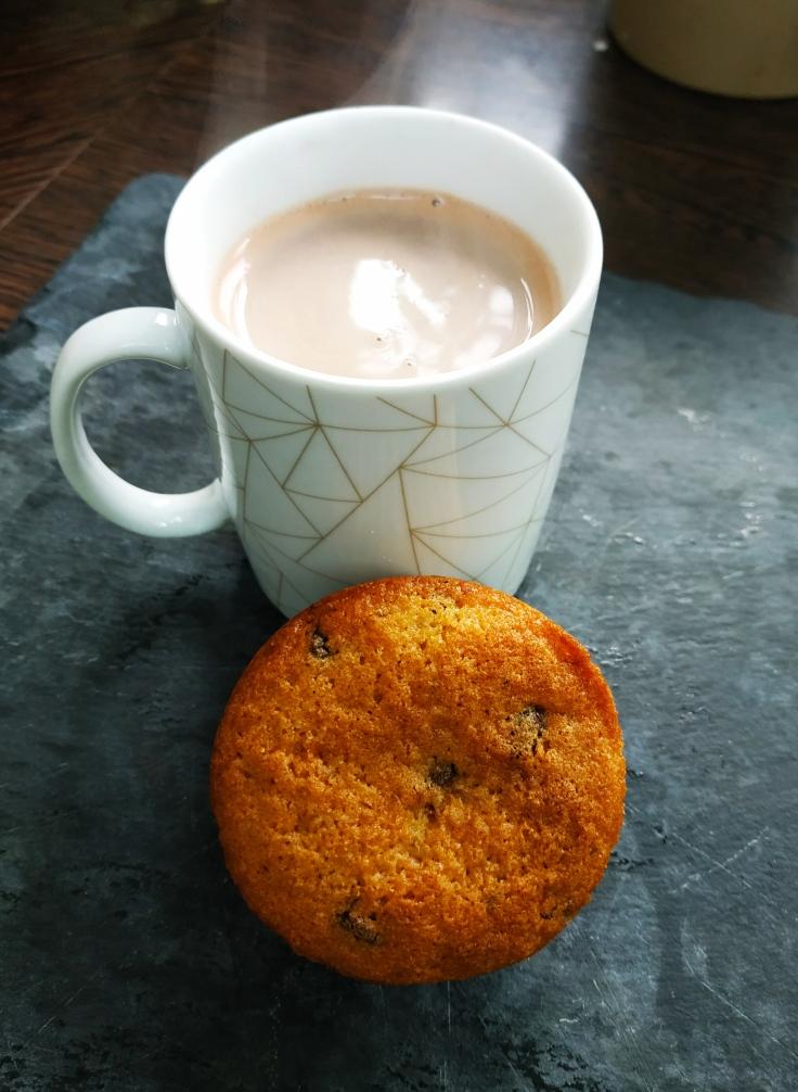 Muffin aux pépites de chocolat et chocolat chaud