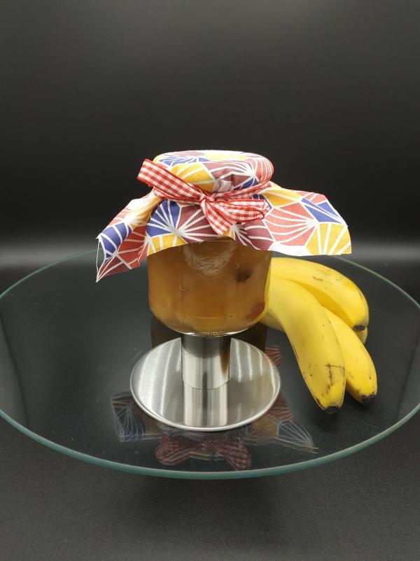 Pot de confiture de banane maison aux raisins au rhum