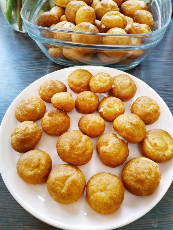 Petits choux garnis d'une crème pâtissière au rhum et à la vanille